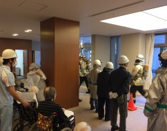 ご入居者も訓練に参加しました。スタッフとともに防災・火災予防の大切さを体験していただきました。