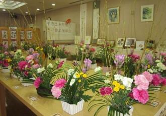 特別養護老人ホーム芙蓉苑にて文化作品展示会を開催中しました! 平成28年10月下旬から11月上旬の期間で毎年恒例の文化作品展示会を開催しました。 ご入居者のクラブ・サークル活動のひとつ『フラワーアレンジメント』の作品です。季節の花々をご入居の皆さまの創意工夫によって、一つひとつの作品となり会場内を華やかにしてくださいました。