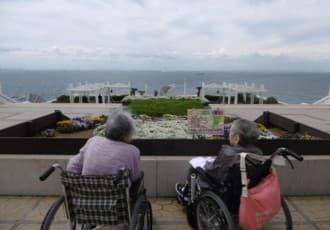 特別養護老人ホーム境町フェニックスでは5月24日、31日と2日間に分かれ春の外出行事で、海ほたるへ行ってきました。
