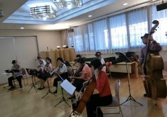 平成29年6月5日 定期的に開催している管弦楽の演奏団体「ローズストリングス」の 皆様に来苑いただき、温かな音色で素晴らしい演奏をご利用者の皆さまと堪能させていただきました。