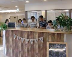 ①芙蓉苑では毎月1回、「Café☕fuyouen」を開店しています!地域ボランティアさんとケアスタッフ・管理栄養士がカフェカウンターでご入居者やご家族を素敵な笑顔でお出迎えします!