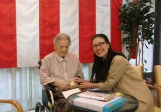 横浜市港南区役所より齋藤区長が区内最高齢のお祝いにご来苑下さいました。 斎藤区長のお祝いのお声かけに、主役のご本人も握手で応じられ、笑顔が溢れる温かく和や かな時間となりました。 ご本人は1911年(明治44年)生まれで、日本橋が作られた年に誕生されたとのこと。 ご長寿本当におめでとうございます!これからもお元気にお過ごしください。