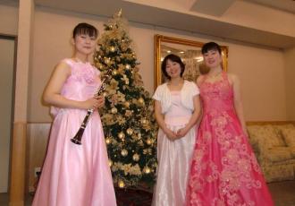 12月16日(土)ソプラノ歌手・ピアノ・クラリネットのユニットチーム『iftf(イフティフ)』の皆さまによるクリスマスコンサートを開催しました。(今回で2回目のコンサートです) 実はクラリネット奏者は芙蓉苑の介護スタッフです。『入居者の皆さまに楽しいひと時を過ごしていただきたい』との想いから学生時代より培ってきた音楽を披露してくれました。