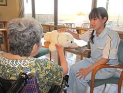 介護ロボットとご利用者と介護士