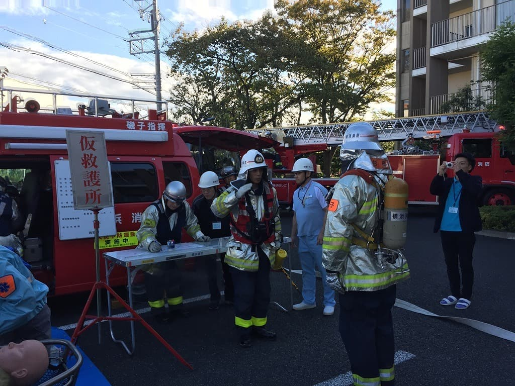 火災状況を報告する訓練です!いつもは笑顔溢れるスタッフも、訓練では、真剣な表情です。