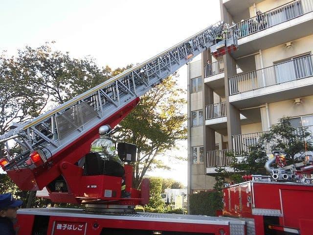 11月9日14時から新磯子ホームにて、磯子区消防署・地域の消防団や自治会とも連携し、防災訓練を実施しました。はしご車やレスキュー隊の救護訓練も同時に行うことで、より緊張感ある訓練となりました。日頃から、火災予防の意識を高め、消防署や地域の方との良好な関係作りが大切となります。