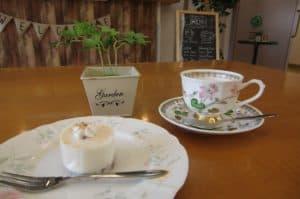 ②レアチーズケーキとカフェラテのケーキセットです!本日のメニューには、管理栄養士からの新提案『コーヒーフロート』もメニューに仲間入り。ご入居者の皆さんからも大好評でした。今月のメニューの一部をご紹介・・・『抹茶とあずきのケーキ』『シフォンケーキ』他