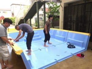 梅雨も空け、プールの季節となりました。同じ敷地にある老人ホームの職員さんがプールを組み立ててくれました。