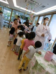 お昼寝から覚めた子どもたちも屋台のおやつを食べに来ます。秋には『ハロウィンフェスティバル』を開催予定!!毎年、子どもたちもかわいいコスプレで参加してくれます。
