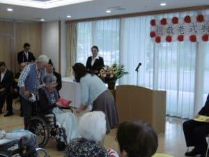 新規100歳の他、施設最高齢・白寿・米寿・喜寿の皆様にも施設からの記念品が 贈られます。記念品はこの日のために施設職員が事前に希望を伺って個別に準 備させて戴いております。