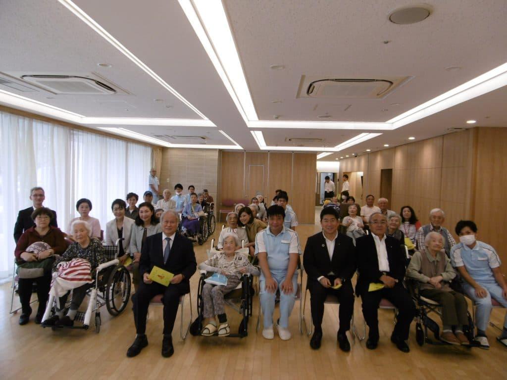 式典の最後には参加者一同で記念撮影をさせて戴きました。施設にご入居されている皆様の健康長寿を施設スタッフ一同、心より願うと共 に、これからも誠意を尽くしたサービスを提供して参ります。