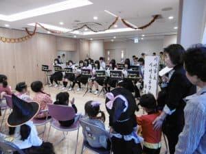 今年は川崎市立川崎高校の吹奏楽部による演奏会をフェスティバル内で行いました。 かわいい衣装で毎年参加してくれているパイナップル保育園の園児たちも、お兄さんお姉さんの演奏に大喜びでした。 吹奏楽部の皆様、すばらしい演奏を本当に有り難うございました。
