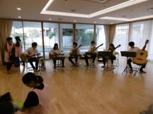 平成30年11月12日(月)に新堀ギターによる演奏会を開催しました。パイナップル保育園の子どもたちは音楽が大好きで、恒例となったギター演奏会は大人気のイベントです。