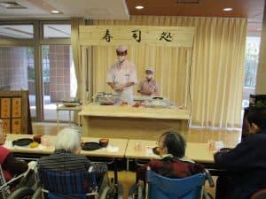 「恒例のお寿司食事会を実施致しました。今年も手作り屋台を設置し、寿司職人が目の前で寿司を 握る寿司屋のカウンター風に仕上げました。」