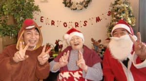 12月の『CAFÉ ☕ FUYOUEN』に、クリスマスシーズンを盛り上げようとサンタクロースとトナカイがゲストです!ご入居の皆さまを笑顔でお出迎え!