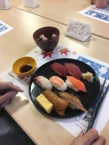「お寿司はおかわり自由ということで、皆さんにお腹いっぱいになるまで召し上がっていただきました。 また、ランチョンマットには魚がつく読み方クイズを掲載し、楽しんでいただきました」
