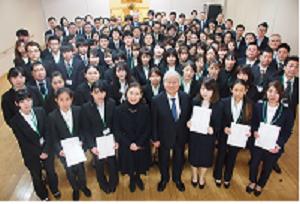 式典終了後には松井住仁理事長、松井芳子常務理事、各事業所の所属長 みんなで記念写真を撮影。総勢110名での記念写真となりました!