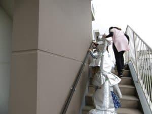 4・5歳児は階段を使って4階まで登りました。 『あわてない』『おさない』『おしゃべりしない』の約束を守って一生懸命登りました。