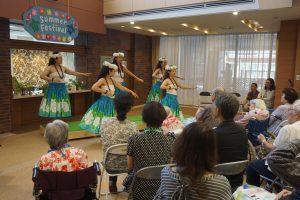 今年もアロハビューティーの皆様にご協力いただき、華麗なフラダンスを披露して頂きました。間近での踊りにご入居者も大興奮!!