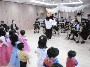 開会イベントは川崎市立川崎高校の吹奏学部による演奏です。今年もパイナップル保育園の園児たちがかわいいコスプレで参加してくれました。
