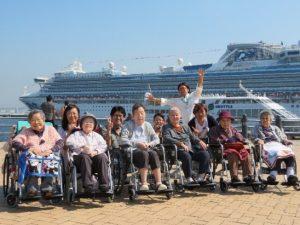 両日共、天候にも恵まれご入居者、スタッフ共に 笑顔溢れる楽しいひと時を過ごしました。 この日は、大桟橋に大型客船が停泊中! 大きな客船に皆さん大喜び!