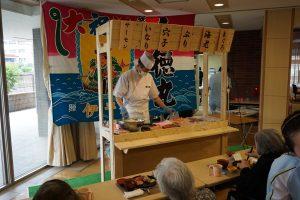 こちらも定番の寿司イベントです。今回は背景に実際の大漁旗を掲げ 屋台を設営。臨場感あふれるイベントになりました。