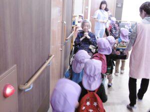 老人ホームの中を通る時は一列に並んでお行儀良くします。途中でおばあちゃんにちゃんとご挨拶しました。