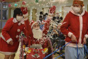 クリスマス会を開催いたしました。ちょっと早いですがサンタさんもやってきて皆さん大盛り上がり。