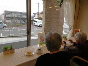 テーブル席のほか、カウンター席も人気です。 各階のご入居者同士やスタッフとの温かい憩いの場として、これからも『Cafe☕サザンポート』を楽しみにしていてください!