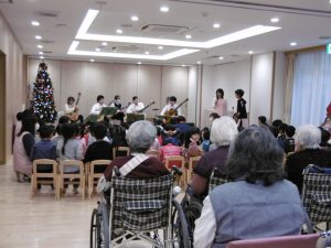 恒例となりました新堀ギターさんの演奏会を開催しました。老人ホームのご入居者もご招待して楽しい時間を一緒に過ごしました。