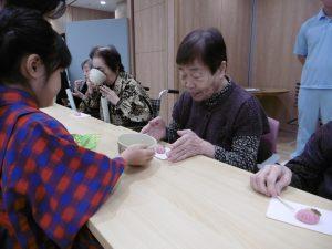 『お服加減はいかがですか。』 保育園では定期的にお茶の練習をしており、今回は日頃の成果を発表するために老人ホームを訪問してくれました。