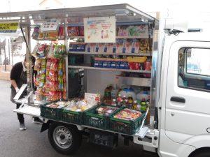 移動販売車にはところ狭しと様々な商品が陳列されています。 お弁当・パン・お菓子・・・