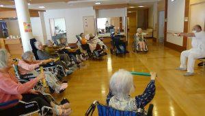 長田病院の理学療法士が行うリハビリ体操です。しっかりご入居者と距離を保ちながら実施します。