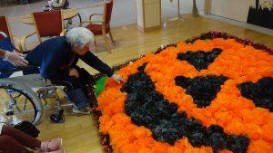 今年は1階地域交流室にハロウィンの飾りつけを行いました。ご入居者の皆さんに折っていただいたお花紙で大きなジャック・オー・ランタンを作成。