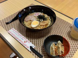 横浜名物『リバーサイド家』のラーメンです。スープは醤油と味噌から選んで頂き、トッピングも好みで選んで頂きました