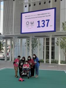 この度、東京オリンピック・パラリンピック開催100日前カウントダウンイベント『Yokohama INITIATIVE』の撮影に当法人 芙蓉苑スタッフ(ケアワーカー)が参加メンバーのひとりとして出演協力させていただきました。イベント撮影の当日は新しい横浜市庁舎(2020年6月開庁)の1階アトリウムで行われました。 『Yokohama INITIATIVE』東京パラリンピックの正式種目である『ボッチャ』競技を通じて、コロナ禍でも夢や希望を持ち、多様性・共生社会の価値や素晴らしさを横浜から全世界に発信するイベント。