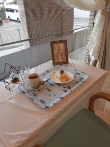 暑い夏の季節を涼やかに過ごしていただこうと管理栄養士さんがスイーツをデコレーションしてくれています。 皆さま、淹れたてのコーヒーや紅茶を飲みながら午後のひと時をゆっくりと寛いでおられます。