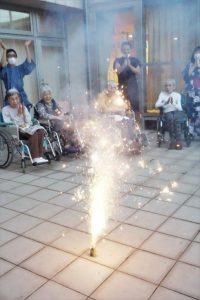 夕食後は各フロアのテラスでプチ花火大会を行いました。手持ち花火に打ち上げ花火。少しではありましたが、職員も一緒に大盛りあがりでした。